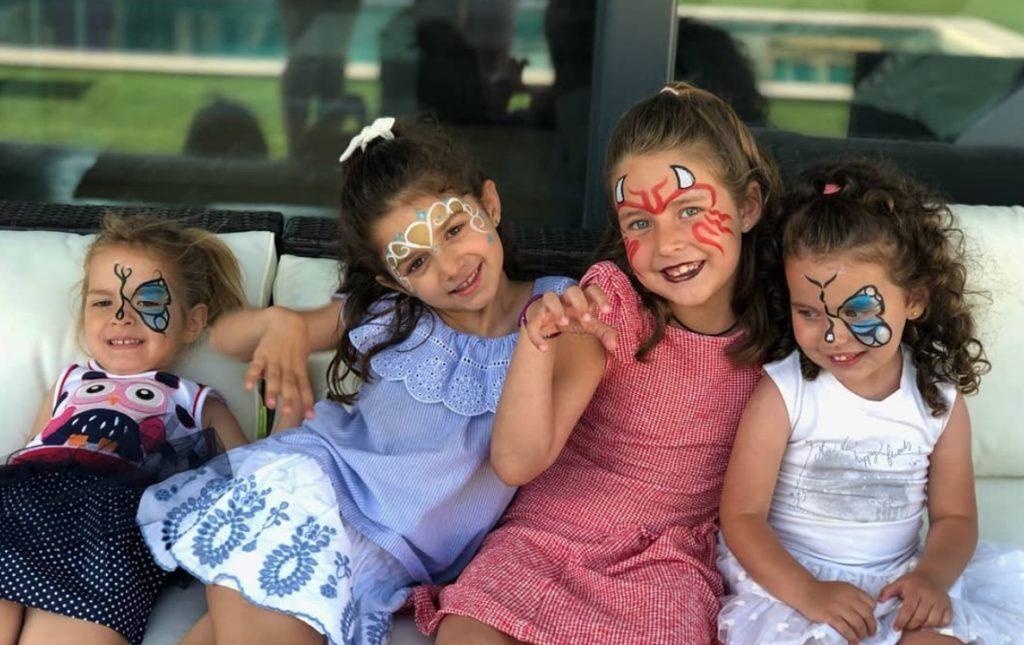 Nenes pintades per l'aniversari.